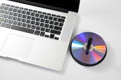 Zamyka w górę klawiaturowego komputeru z cd na bielu. Zdjęcia Stock