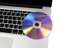 Zamyka w górę klawiaturowego komputeru z cd na bielu. Fotografia Stock