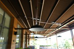Zamyka w górę lampy i restauraci w bacground Fotografia Stock