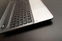Zamyka w górę laptopu na drewnianym stole Zdjęcia Royalty Free
