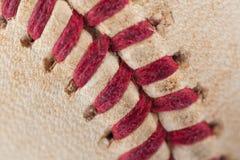 Zamyka w górę makro- widoku czerwoni zaszyci szwy przetarty baseball Obrazy Stock