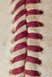Zamyka w górę makro- widoku czerwoni zaszyci szwy przetarty baseball Obraz Stock