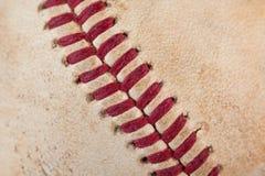 Zamyka w górę makro- widoku czerwoni zaszyci szwy przetarty baseball Obrazy Royalty Free