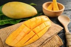 Zamyka w górę mango na czarnym drewnie Zdjęcie Royalty Free