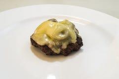 Zamyka w górę pieczarkowego szwajcarskiego hamburgeru na talerzu bez babeczki Zdjęcia Stock