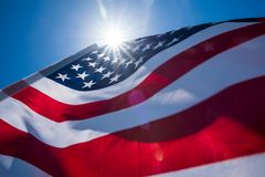 Zamyka w górę Stany Zjednoczone Ameryka flaga na niebieskim niebie Zdjęcie Royalty Free