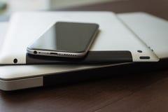 Zamyka w górę telefonu na pastylce i laptopie Zdjęcia Stock