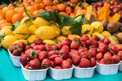 Zamyka w górę truskawek przy plenerowym rynkiem Fotografia Stock