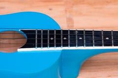 Zamyka w górę ukuleli na drewnianym tle Zdjęcia Royalty Free