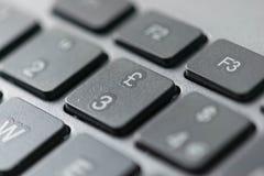 Zamyka w górę widoku brytyjskiego funta Stirling ikona na komputerowych klawiaturowych klucze Fotografia Royalty Free