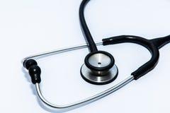 Zamyka w górę widoku czarny stetoskop na bielu plecy obrazy royalty free