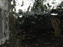 Zamyka w górę wodnych kropelek na szklanym deklu garnek od odparowywania gotowana woda Zdjęcie Stock