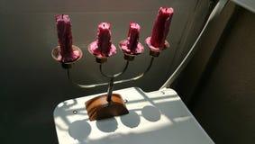 Zamyka w g?r? antykwarskich metali candlesticks z ?wieczkami zdjęcia royalty free