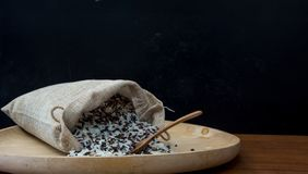 Zamyka W g?r? fotografii Brown, Prostacki Rice, Tajlandzki Ja?minowy Rice i Riceberry mieszaj?cy w Workowej torbie z Drewnian? ?y zdjęcie royalty free