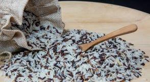 Zamyka W g?r? fotografii Brown, Prostacki Rice, Tajlandzki Ja?minowy Rice i Riceberry mieszaj?cy w Workowej torbie z Drewnian? ?y zdjęcia royalty free