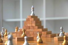 Zamyka w g?r? kr?lewi?tko szachy na wierzcho?ku, Biznesowy poj?cie zdjęcie royalty free