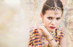 Zamyka w g?r? Pi?knej indyjskiej dziewczyny kobiety M?odego hinduskiego modela z kundan bi?uteri? fotografia royalty free