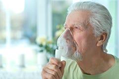 Zamyka w g?r? portreta chory starszego m??czyzny portret z inhalatorem zdjęcia royalty free