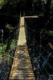 Zamyka w g?r? zwyczajnego zawieszenie mostu na pokazie fotografia stock