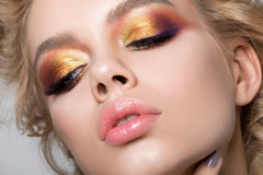 Zamyka w górę piękno portreta młoda kobieta z lata makeup Zdjęcie Stock