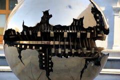 Zamyka w górę szczegółu tytułującego rzeźba 'sfery wihtin sfera' ustawiająca z powodów trójcy szkoły wyższa, Dublin, Irlandia, 20 Obrazy Stock