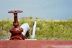 Zamykająca klapa rurociąg przeciw tłu sztuczny jezioro obraz stock