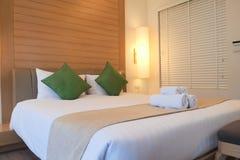 Zamykający w górę łóżka w luksusowego hotelu pokoju Obraz Royalty Free