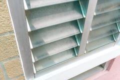 Zamykający w górę Aluminiowego szklanego żaluzi okno i obniża wentylację dla ventil fotografia royalty free