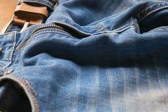 Zamykający w górę niebieskich dżinsów z rzemiennym paskiem, selekcyjna ostrość Zdjęcie Stock