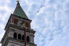 Zamykający w górę San marco dzwonkowy wierza z niebieskiego nieba tłem zdjęcie stock