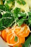 Zanahoria, bróculi y habas con queso imagenes de archivo