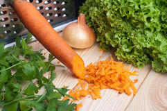 Zanahoria con el paquete y cebolla a bordo Imágenes de archivo libres de regalías