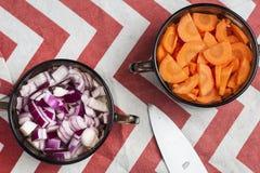 Zanahoria cortada y cebolla roja tajada en cuencos Fotografía de archivo