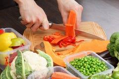 Zanahoria del corte del cocinero para cocinar Acción para arriba en la comida del invierno Imágenes de archivo libres de regalías