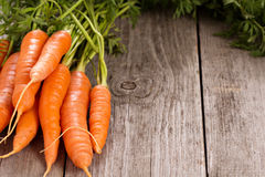 Zanahoria fresca con las hojas verdes Fotografía de archivo libre de regalías