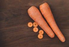 Zanahoria fresca en fondo de madera foto de archivo