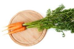 Zanahoria fresca en una tarjeta de corte Fotografía de archivo libre de regalías