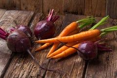 Zanahoria fresca, remolacha en una tabla rústica de madera Fotografía de archivo