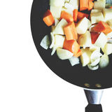 Zanahoria, patata sofrita y cebolla en negro aisladas fotos de archivo