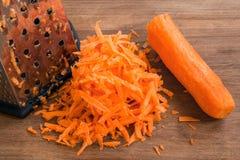 Zanahoria rallada cruda fresca en un fondo de madera marrón El concepto de consumición sana, de comida vegetariana y de cocinero  imagen de archivo