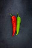 Zanahoria roja y verde en una pizarra Imagen de archivo libre de regalías