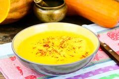Zanahoria, sopa poner crema de la calabaza con la comida de la dieta del azafrán Imágenes de archivo libres de regalías