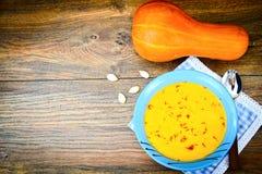 Zanahoria, sopa poner crema de la calabaza con la comida de la dieta del azafrán Fotografía de archivo libre de regalías
