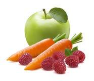 Zanahoria verde 2 de la frambuesa de la manzana aislada en el fondo blanco Fotos de archivo libres de regalías