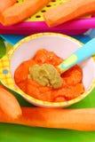 Zanahoria y puré de los guisantes verdes para el bebé Foto de archivo libre de regalías