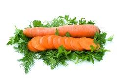 Zanahoria y rebanadas sobre el eneldo y el perejil Imagen de archivo