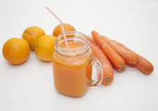 Zanahoria y smoothie anaranjado imagen de archivo libre de regalías