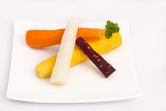 Zanahorias amarillas, blancas, anaranjadas, rojas crudas fotos de archivo