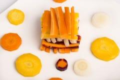 Zanahorias amarillas, blancas, anaranjadas, rojas crudas fotos de archivo libres de regalías