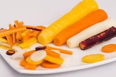 Zanahorias amarillas, blancas, anaranjadas, rojas crudas Imágenes de archivo libres de regalías